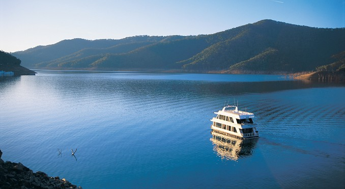 Eildon weekend in 3 story housboat with spa melbourne for Take me fishing lake locator